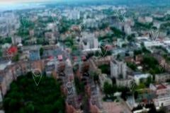 Goupilles de carte au-dessus de ville moderne Photos stock
