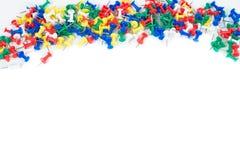 Goupilles de couleur de papeterie utilisées dans le bureau photographie stock libre de droits
