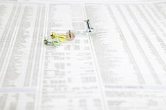 Goupilles de poussée de panneau d'affichage sur un papier d'actualités Photos stock