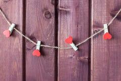 Goupilles de tissu avec des coeurs la Saint-Valentin de St de corde Photos stock