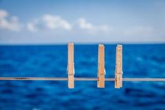 Goupilles de tissu sur un voilier photo libre de droits
