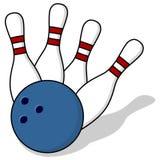 Goupilles et boule de bowling Photographie stock libre de droits