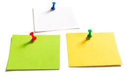 Goupilles et papier à lettres de punaise sur le blanc Image stock