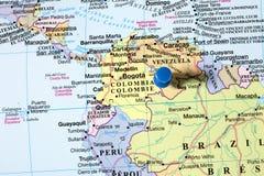 Goupilles sur la carte du monde Photos libres de droits