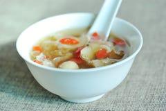 Gouqi chino y sopa blanca de los funguns Fotos de archivo libres de regalías