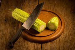 gourd bitterroot на старое деревянном и нож отрезок ломтик стоковое фото rf