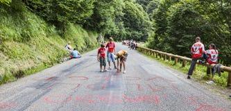 Niños que escriben en el camino Fotos de archivo libres de regalías