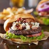Gourmet- bacon- och bleuosthamburgare Royaltyfri Bild