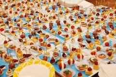 Gourmet- banketttabell på ett exklusivt parti Royaltyfria Foton