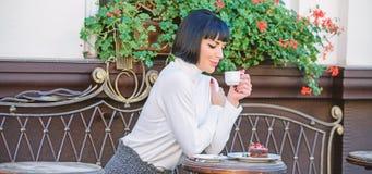 Gourmet- begrepp Angen?m tid och avkoppling L?cker och gourmet- drink Flickan kopplar av kaf?t med kaffe och efterr?tten arkivfoton
