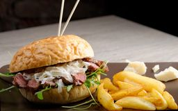 Gourmet burger with roast beef and chips Royalty Free Stock Photos