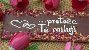 Gourmet- choklader och röda tulpan för valentin dag arkivfilmer