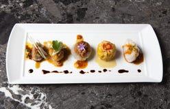 Gourmet Dim Sum em um fundo de mármore preto Imagens de Stock