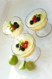 Gourmet- efterrättjordgubbesouffle med citronliquire och bär Arkivfoton