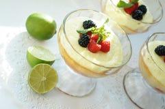 Gourmet- efterrättjordgubbesouffle med citronliquire och bär Arkivbilder