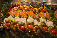 Gourmet- fiskuppläggningsfat i en Paris marknad Fotografering för Bildbyråer