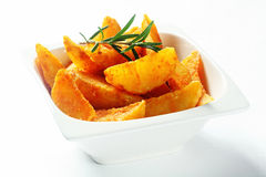 Gourmet Fried Potatoes avec Rosemary Herb sur le dessus Image stock