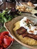 Gourmet- frukost av grus, grisköttbuken och tjuvjagade ägg fotografering för bildbyråer