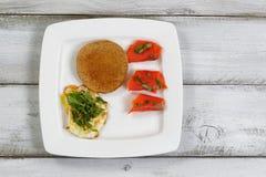 Gourmet- frukost på lantliga träbräden Royaltyfria Foton