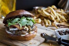 Gourmet- hamburgare med fikonträddriftstopp- och fransmansmåfiskar Royaltyfria Bilder