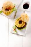 Gourmet- hawaianska hamburgare med sås på sidan Arkivbilder