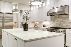Gourmet- kök presenterar vit cabinetry arkivfoto