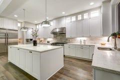 Gourmet- kök presenterar vit cabinetry arkivfoton