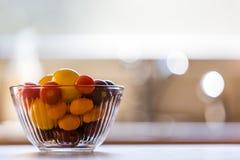 Gourmet- körsbärsröda druvatomater i den glass bunken Royaltyfri Fotografi