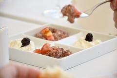 Gourmet- maträtt i en avsmakningbunke Royaltyfria Bilder