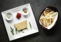 Gourmet- ny uppsättning för startknapp för foiegrasdel med rostat bröd Arkivbilder