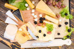 Gourmet- ost, kurerat kött och fruktaptitretare arkivfoto