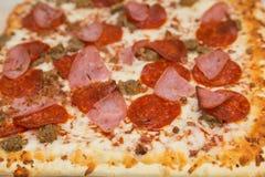 Gourmet- pizza med fyra sorter av kött Arkivfoton