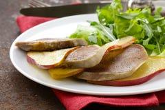 Gourmet- sallad med den grillade nötkötttungan Fotografering för Bildbyråer