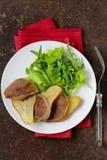 Gourmet- sallad med den grillade nötkötttungan Arkivfoton