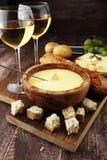 Gourmet- schweizisk fonduematställe på en vinterafton med blandad ch fotografering för bildbyråer
