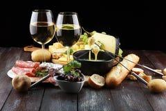 Gourmet- schweizisk fonduematställe på en vinterafton med blandad ch arkivfoton