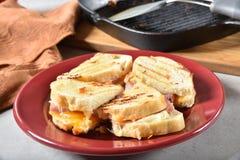 Gourmet- skinka och ostsmörgåsar royaltyfri foto