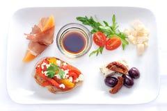 Gourmet- uppläggningsfat av canapes Royaltyfri Bild