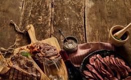 Gourmet, viandes cuites rustiques et vaisselle de vin Image libre de droits