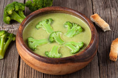 Gourmetkräm av broccoli gör grön soppa i trä arkivbilder