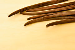 Gousse de vanille sur le dessus du conseil en bois Photographie stock libre de droits