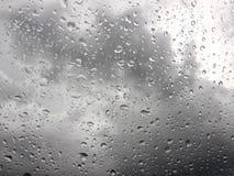 Goutte de pluie sur le verre avec le fond obscurci Photographie stock