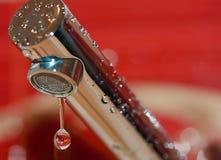 Goutte de robinet de l'eau Photos libres de droits