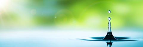 Gouttelette d'eau bleue photographie stock libre de droits