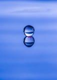 Gouttelette d'eau sphérique reflétée Photo stock