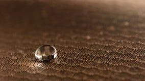 Gouttelettes d'eau sur la fin résistante de tissu d'humidité  image libre de droits
