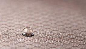 Gouttelettes d'eau sur la fin résistante de tissu d'humidité  photos stock