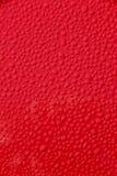 Gouttelettes d'eau sur le fond rouge de véhicule Image libre de droits