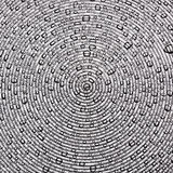 Gouttelettes d'eau sur une surface des cercles concentriques Photo stock