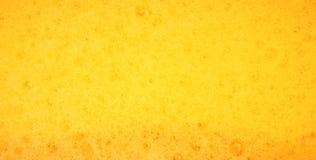 Gouttelettes sur la bière fraîchement versée Photos libres de droits